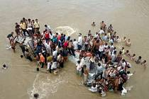 Nejméně 17 lidí zahynulo v Indii, když jejich autobus sjel do řeky ve státě Maháráštra v západní části země.