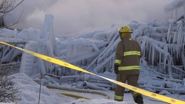 Hasiči na místě požáru v domě seniorů.