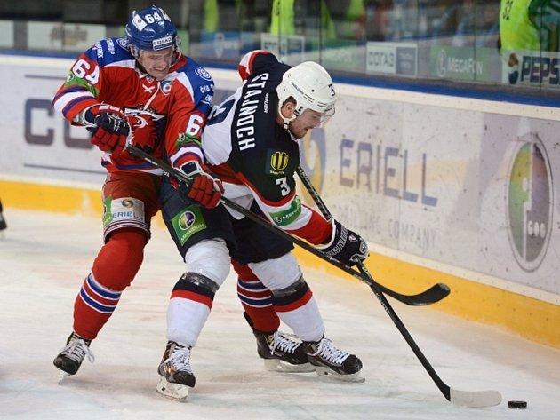Jiří Sekáč z Lva Praha (vlevo) se snaží vypíchnout puk Martinu Štajnochovi ze Slovanu Bratislava.