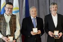Bývalý tenista Jan Kodeš (uprostřed) získal za své celoživotní vystupování hlavní cenu Českého klubu fair play. Cenu si odnesli i horolezci Antonín Bělík (vlevo) a Vít Auermüller (vpravo) za záchranu života.