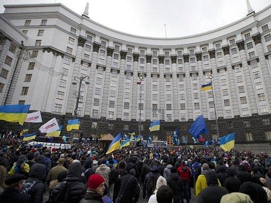Demonstrující obléhají sídlo vlády v Kyjevě.