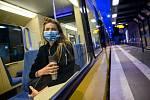 Žena v roušce v tramvaji ve Stuttgartu, 27. dubna 2020