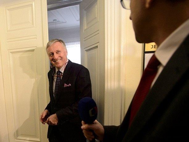 Bývalý premiér Mirek Topolánek odchází po výpovědi v hlavním líčení v případu údajné korupce při nákupu vozů Tatra pro českou armádu, které pokračovalo 31. března u pražského městského soudu.