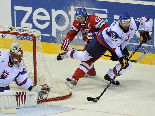 Český reprezentant Tomáš Rolinek (v červeném) zastavuje Ivana Majeského ze Slovenska.