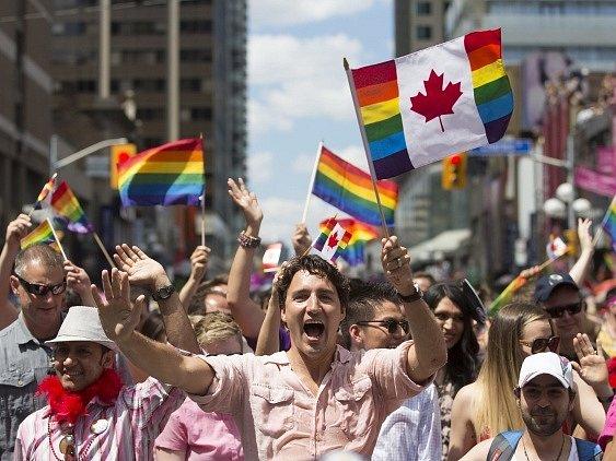 Premiér Justin Trudeau v čele průvodu Gay Pride.