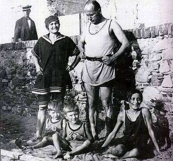 Benito Mussolini se svou rodinou v roce 1923, rok po uchvácení moci nad Itálií
