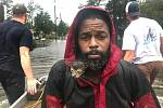 Záchranáři vezou do bezpečí jednoho z obyvatel města New Bern.