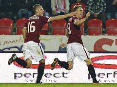 Fotbalisté Sparty Bořek Dočkal (vpravo) a Pavel Kadeřábek se radují z gólu.