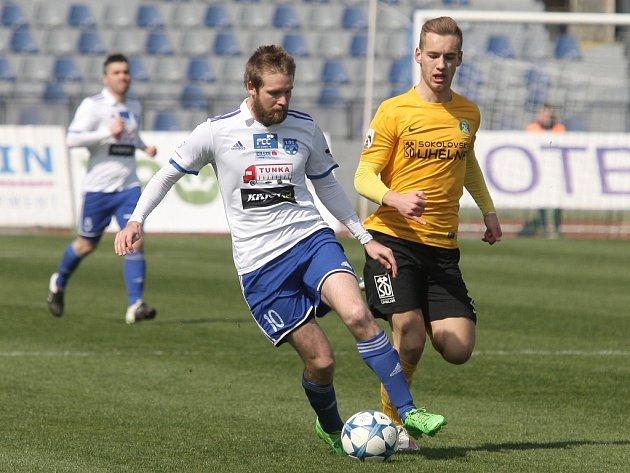 Fotbalisté Znojma (v bílém) proti Sokolovu.