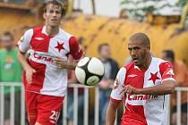 Hocine Ragued v dresu Slavie (vpravo) na zápase v Čelákovicích.