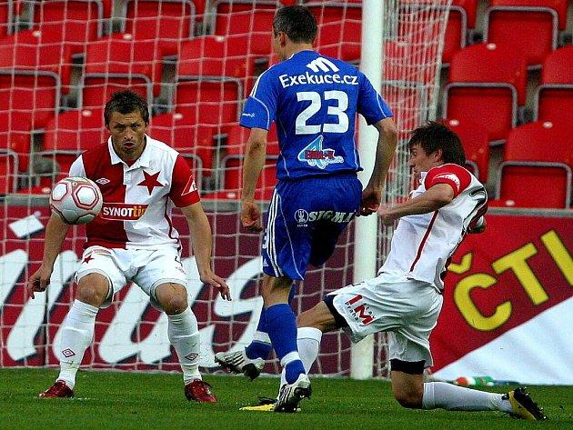Fotbalisté Slavie (v bílém) proti Olomouci.