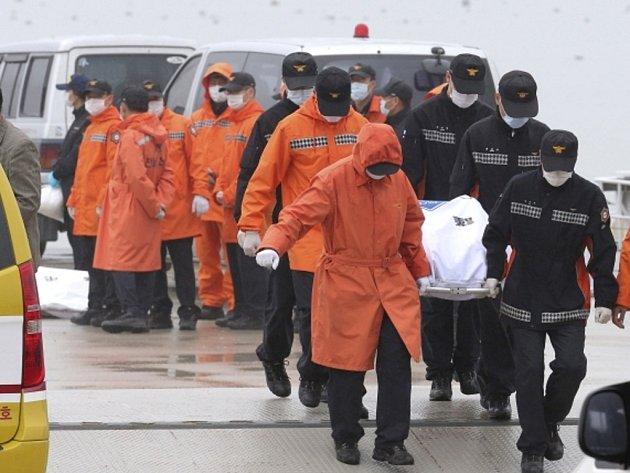 ficiální počet mrtvých z jihokorejského trajektu, který ve středu ráno ztroskotal se 475 lidmi na palubě nedaleko pobřeží Korejského poloostrova, se zvýšil z 18 na 25. Stále se ale pohřešuje 271 osob a naděje najít někoho z nich naživu je mizivá.