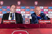 25. srpna 2016 byl Karel Jarolím uveden do funkce reprezentačního trenéra. Na snímku s tehdejším předsedou FAČR Miroslavem Peltou.