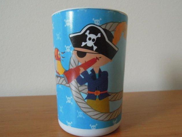 Ministerstvo zdravotnictví varuje před zdraví nebezpečným pohárkem s obrázkem piráta.