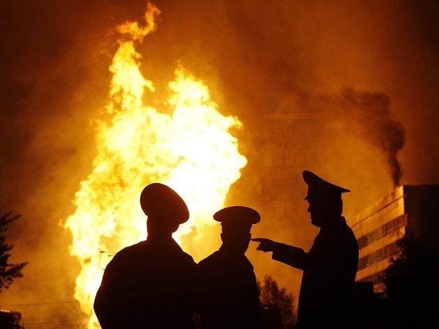 Požár po výbuchu plynového potrubí v jihozápadní části Moskvy.