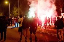 Přes deset zraněných včetně policistů si vyžádala páteční demonstrace v saském Heidenau nedaleko českých hranic, která z původně poklidného protestu proti přijímání běženců přerostla v noční násilnosti.