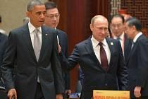 Americký prezident Barack Obama a ruský prezident Vladimir Putin se spolu několikrát krátce neoficiálně setkali během summitu Rady pro ekonomickou spolupráci Asie a Tichomoří (APEC) v Pekingu.