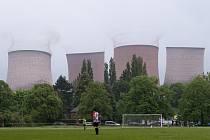 Odstřel elektrárny během fotbalového zápasu.