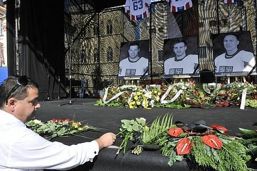 Rozloučení s hokejovými reprezentanty Janem Markem, Karlem Rachůnkem a Josefem Vašíčkem, kteří zahynuli při leteckém neštěstí ruského klubu Lokomotiv Jaroslavl, se konalo 11. září na Staroměstském náměstí v Praze.