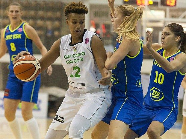 Basketbalistky USK (v modrém) v prvním utkání hladce vyhrály v Györu.