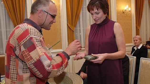 Dušan Dvořák, provozovatel stránek Konopí je lék, předal ministryni zdravotnictví Daně Juráskové ampuli s koncentrovaným konopným výtažkem, konopnou mast a také balíček 40 g sušeného květu konopí v hodnotě 10 000 Kč.