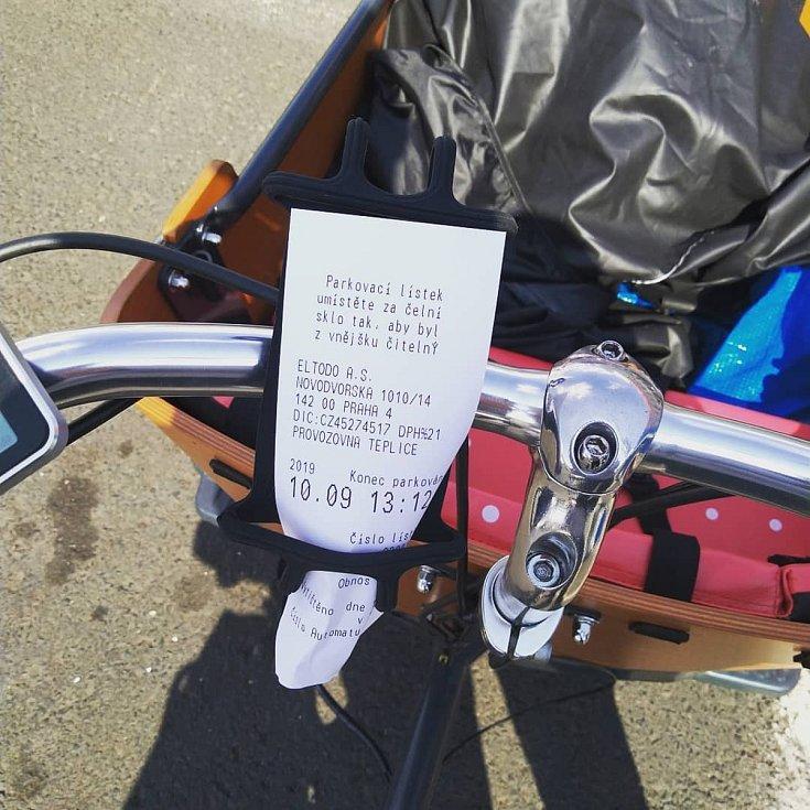 Rikša Mráčkovy rodiny. Jakub ji zaparkoval jednou na řádném parkovišti pro auta, a proto musel zaplatit parkovné.