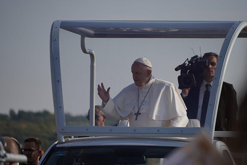 Papež František zdravil věřící ze Slovenska i České republiky i z papamobilu.