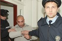 Litoměřický soudce uvalil vazbu na Miroslava Daňa,který je podezřelý z krádeže bronzovývh destiček se jmény zemřelích z terezínského národního hřbitova