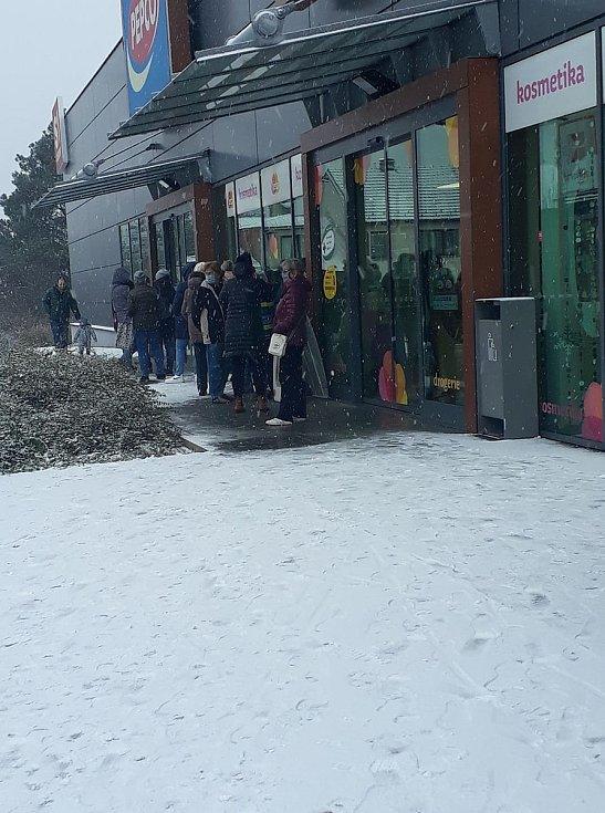 U některých otevřených obchodů se od rána 3. prosince po rozvolnění tvořila dlouhá fronta.
