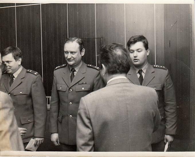 Generál Carda uděluje Vítu Iblovi odměnu za vzornou službu