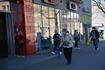V dubnu se otevřou některé obchody.