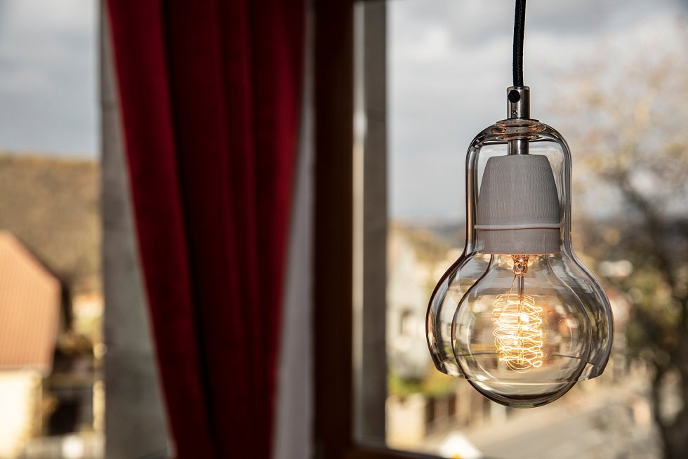 Lampu jsem pořídil v design shopu, žárovku vymyslel Edison a výhled na Prahu s lesem v pozadí mi musíte věřit.