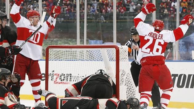 Detroitští Daniel Cleary (vlevo) a Jiří Hudler se radují z gólu do sítě Chicaga v novoročním utkání pod širým nebem.