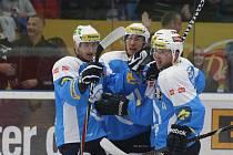 Hokejisté Plzně se radují z gólu do sítě Litvínova.