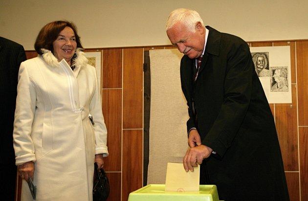 Prezident Václav Klaus společně smanželkou Livií odevzdal svůj hlas ve volbách do Senátu na Základní umělecké škole na Praze 8Kobylisy vpátek 12.října.