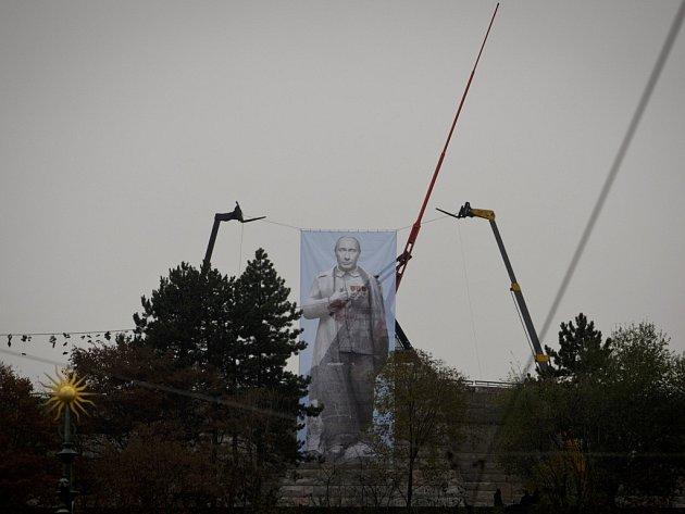 V den voleb 25. října se na pražské Letné objevil velký plakát s podobiznou ruského prezidenta Vladimíra Putina.