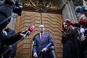 Bohuslav Sobotka hovoří s novináři po setkání s Evou Michalákovou