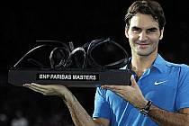 Roger Federer s trofejí pro vítěze turnaje Masters v Paříži.