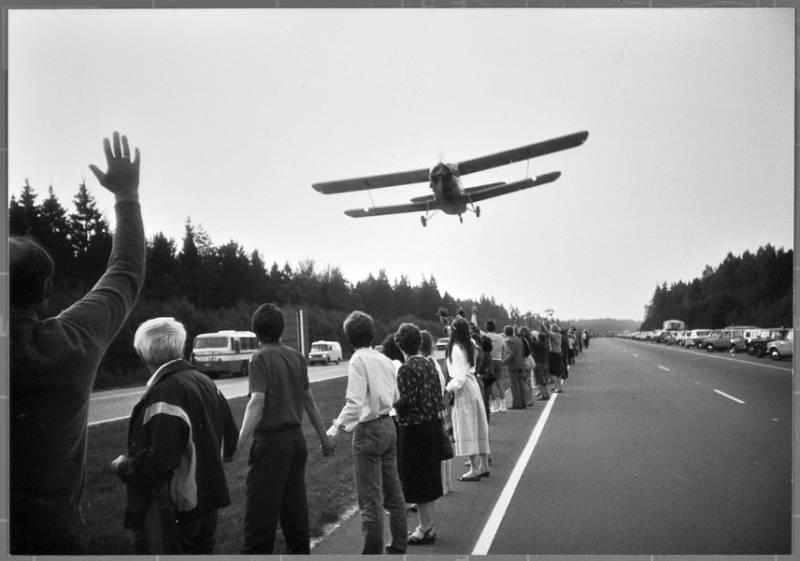 Dvouplošník nad Baltským řetězem. Malá letadla byla využita ke koordinaci akce a také k její fotografické a filmové dokumentaci