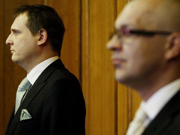 Obvodní soud pro Prahu 5 dnes udělil šéfovi poslaneckého klubu VV a exministrovi dopravy Vítu Bártovi osmnáctiměsíční podmíněný trest s třicetiměsíčním odkladem.  Poslanci Jaroslavu Škárkovi uložil tři roky vězení za to, že Bártu podvedl.