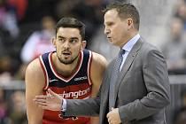 Trenér Washingtonu Wizards Scott Brooks (vpravo) a Tomáš Satoranský.