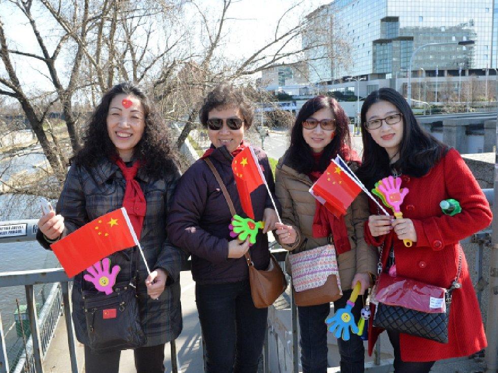 Příjezd čínského prezidenta očekávaly 28. března na Evropské ulici v Praze desítky jeho krajanů.