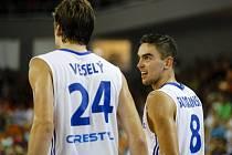 Čeští basketbalisté Jan Veselý (vlevo) a Tomáš Satoranský.