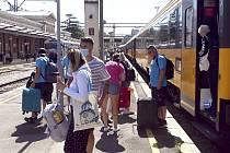 Cestující vystupují 1. července 2020 v chorvatské Rijece z vlaku Regiojet, který přijel z ČR