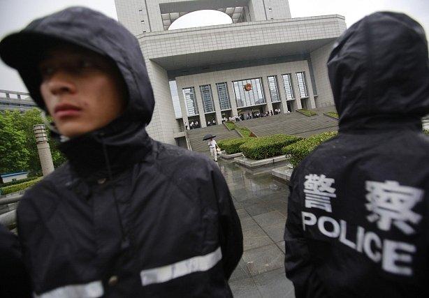 Policisté před soudní budovou