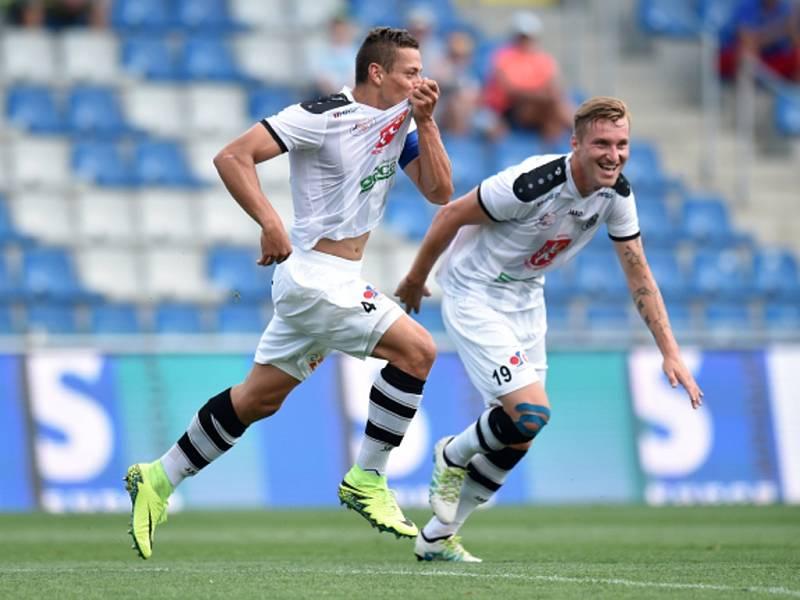 Fotbalisté Hradce Králové Tomáš Holeš (vlevo) a Petr Mareš se radují z gólu proti Jihlavě.