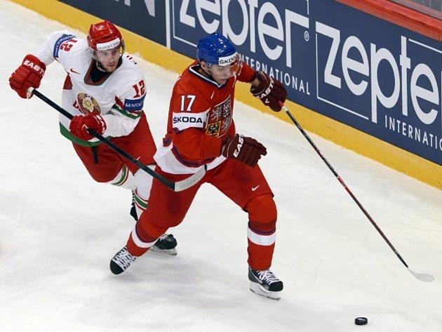 Radim Vrbata (vpravo) se snaží obehrát Andreja Filičkina z Běloruska.