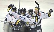 Hokejisté Vítkovic se radují z gólu proti Kladnu.