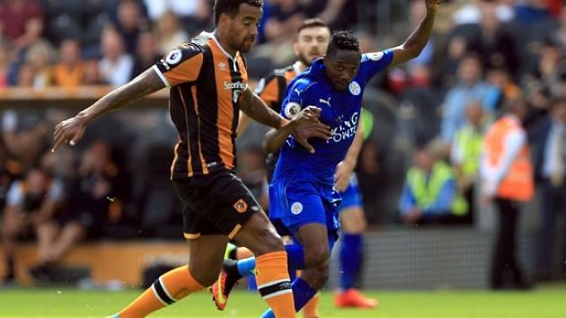 Ahmed Musa z Leicesteru v souboji s Tomem Huddlestonem.