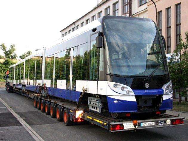 Čtyřicetimetrovou tramvaj pro více než 430 cestujících, historicky nejdelší vyrobený vůz v Česku, dokončila plzeňská Škoda Transportation a zahájila její transport do hlavního města Lotyšska.